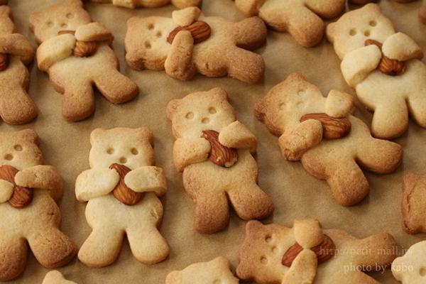 クマがナッツをぎゅっと抱っこするクッキー