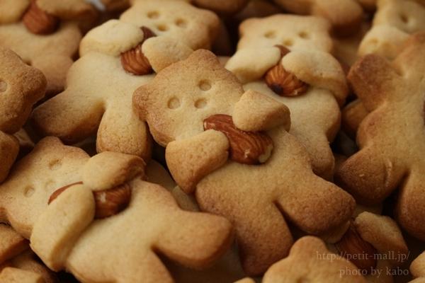 クマがナッツをギュッと抱っこするクッキー