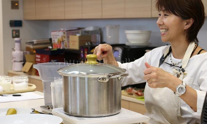 ショップジャパン×尾身奈美恵先生 鶏むね肉のジュノベーゼソースがけ 調理中