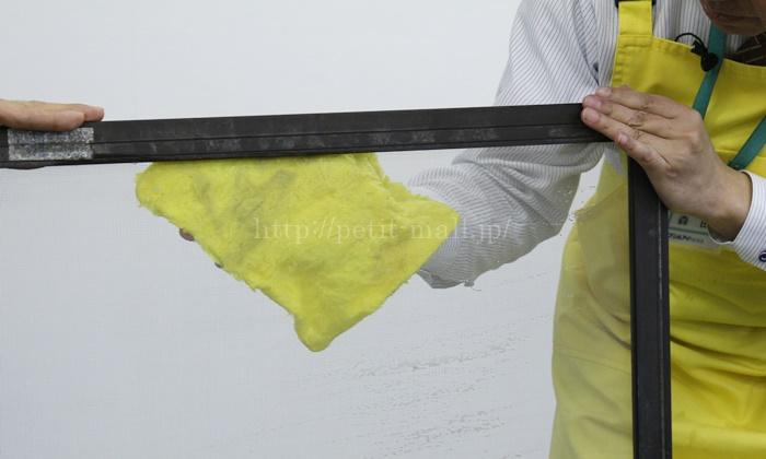 パルスイクロス 網戸の両面を一度に掃除できます