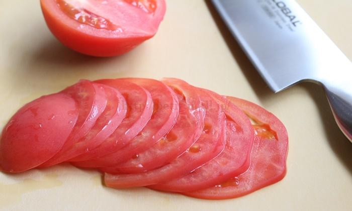 グローバル包丁で切ったトマトの薄切り