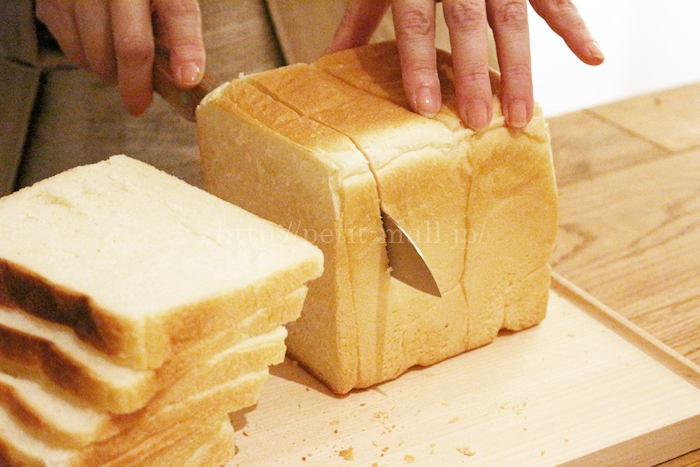 ベルメゾンデイズのギザ刃包丁でパンを切る様子
