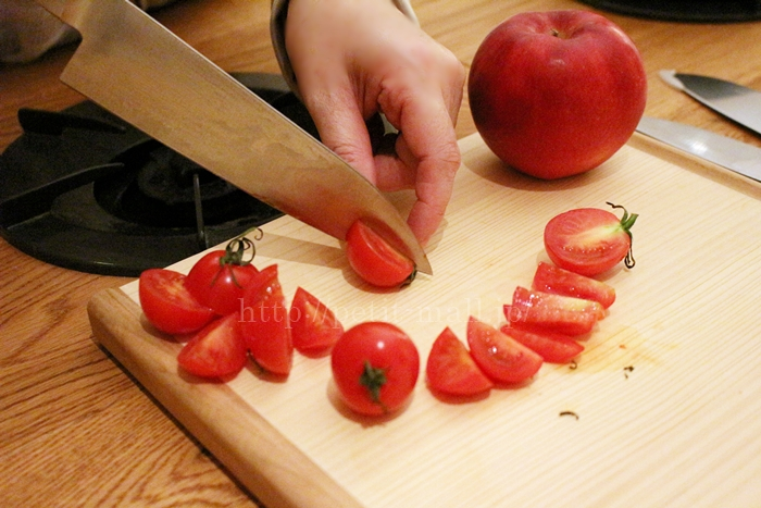 ベルメゾンデイズの ギザ刃包丁でトマトを切る