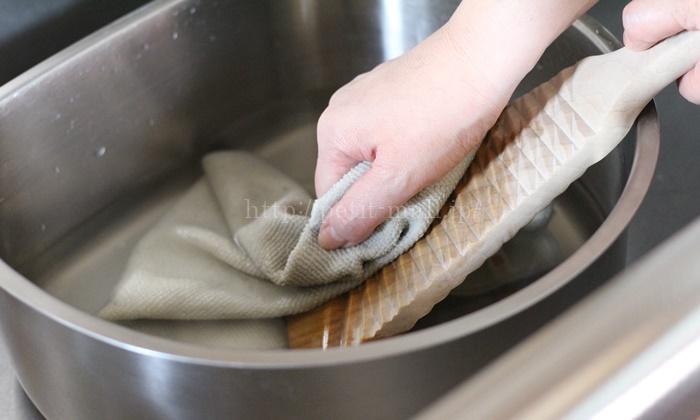 マイクロファイバークロスを洗濯板で洗う