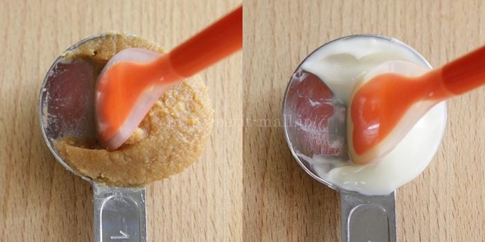 シリコーン ソフトスプーンで計量スプーンから調味料をかき出す