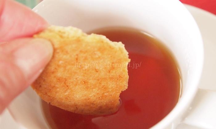 カレルチャペック フェイスビスケット 紅茶につけて食べてみた