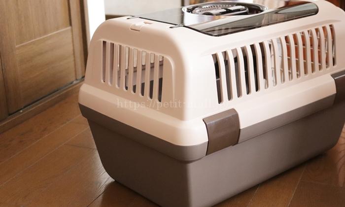8キロまでOKのネコ用キャリーケース 通気性の良い柵窓付き